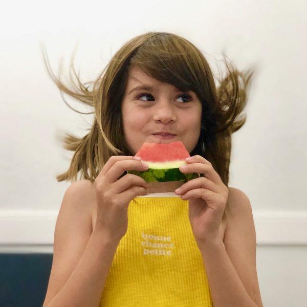 Nena menjant síndria a Vilafranca del Penedès