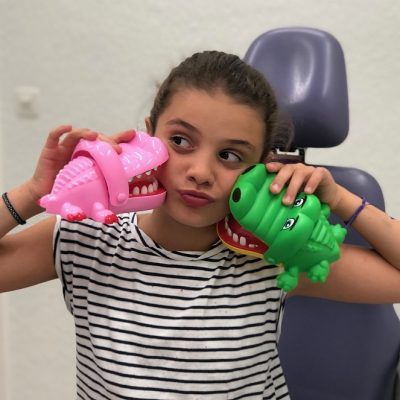 Nena amb cocodrilos sacamuelas a Vilafranca del Penedès