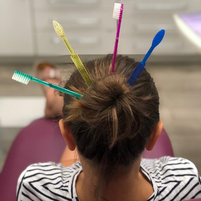 Nena amb raspalls de dents a Vilafranca del Penedès